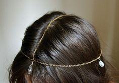 Esta bohemia cadena para cabeza es tan fácil de construir como cadena + cristal. | 31 Accesorios de pelo que puedes hacer tú mismo