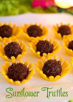 Chocolate sunflower truffles in an adorable candy bowl! Chocolate sunflower truffles in an adorable candy bowl! Candy Recipes, Real Food Recipes, Dessert Recipes, Cooking Recipes, Dessert Ideas, Sunflower Cupcakes, Sunflower Party, Bolo Do Shrek, Enjoy Your Meal