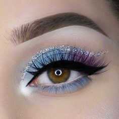 glitter eyeliner Id there isnt this sequined line above the eyelid makeup this makeup would completely be good for any occasion. Even for the job. Glitter eyeliner gives a festive look and you can certainly war it in the evening for going out. Makeup Eye Looks, Cute Makeup, Eyeshadow Looks, Pretty Makeup, Eyeshadow Makeup, Makeup Brushes, Makeup Remover, Highlighter Makeup, 80s Makeup
