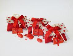 Sacchettini per Laurea confezionati con 5 confetti Maxtris e chiuso con gioco di fiocchi in nastro. Scopri le offerte su Mobilia Store.
