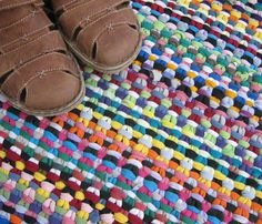 T-shirt knit rug using linen stitch. Rag rug via Prairie Peasant