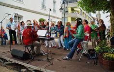 Schade. Heute singt niemand mehr in Saarlouis. ... Dabei könnte ich mir u.a. den Yellow Submarine Chor aus Saarbrücken gerade wieder anhören.  :-) http://www.yellow-submarine-chor.de/ueber_uns.1.html#Startseite
