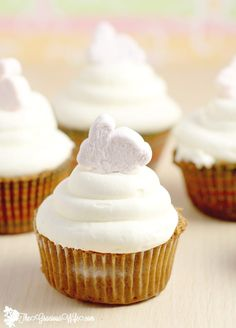 Marshmallow Frosting Recipe - a fun spin on buttercream with marshmallow creme making a simple sticky and sweet Marshmallow Frosting. Perfect your favorite best homemade cupcakes recipes. This would be amazing for S'mores cupcakes! Cupcake Frosting Recipes, Cookie Frosting, Icing Recipe, Cupcake Cakes, Best Frosting For Cupcakes, Simple Frosting Recipe, Tasty Recipe, Buttercream Frosting, Frost Cupcakes