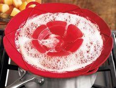 En güzel mutfak paylaşımları için kanalımıza abone olunuz. http://www.kadinika.com Yemeğinizi pişirirken taşmasına engel olamıyor musunuz? Silikon tencere kapağı ile yemeğinizi taşırmadan gönül rahatlığıyla pişirebilir ve sonrasında kapağı bulaşık makinesinde yıkayabilirsiniz. #Yeşil ve #kırmızı renkleri ile satışta olan ürünümüzü 21 TLye alabilirsiniz. #mutfak #mutfakaksesuar #mutfakgram #yemektarifleri #milyonshop