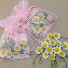 12 WHITE silk daisies in a pink organza bag Daisy Chain, White Silk, Organza Bags, Party Favors, Cow, Wedding Flowers, Projects To Try, Trending Outfits, Unique Jewelry