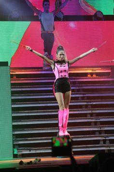 Violetta And Leon, Violetta Live, Violetta Outfits, Show Power, Le Concert, Celebrity Singers, Son Luna, Girl Power, Singing