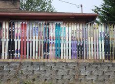Recinzione da giardino realizzata con gli sci