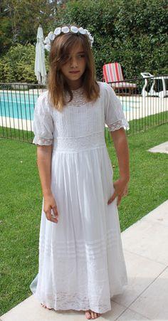 muy largo los curas en este tiempo no dejan tener el vestido asi lo maximo es 4 dedos de la rodilla y no mas arriba q la rodilla