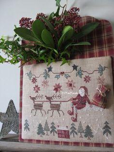 La piste aux Etoiles Nouveauté CMONMONDE Nov 2014  --Cross stitched Santas