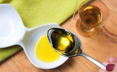 Gestärktes Immunsystem, gesündere Zähne und Entschlackung - das verspricht das Ölziehen. Unbedingt ausprobieren! Measuring Cups, Videos, Spoon, Healthy, Tableware, Healthy Teeth, Immune System, Health, Dinnerware