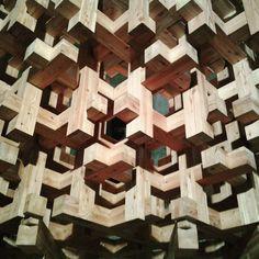 Vi ricorda qualcosa? Abbiamo qui un pezzetto di @expo2015milano...il prototipo per il padiglione #giappone  #mostrartigianato #expo #expomilano #padiglionegiappone #milano #legno #intagliare #artigianato #design #designlegno #architettura #lucieombre #artigiano
