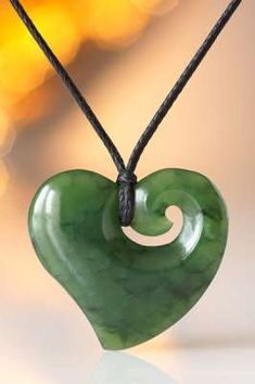 Jade - Geboren aus den Kräften des inneren Erdfeuers. Original Maori Pounamu Schmuck aus dem fernen Neuseeland kaufen Sie hier im Fundinsel Shop. Tribal Tattoo Designs, Maori Designs, Chris Garver, Bone Carving, New Zealand, I Shop, Jewelery, Washer Necklace, Pendants