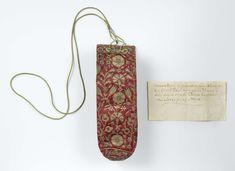 Buidel van rood satijn met floraal borduurwerk in goud- en zilverdraad, met bijgevoegd briefje met betrekking tot de vermeende herkomst, anoniem, 1550