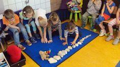 Thema bouwen. Kleine rekenkring: sorteren van klein naar groot met stenen uit Frankrijk.