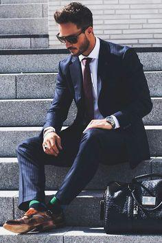 Wir finden dieser Anzug sieht in dieser Kombination echt gut aus. Auch die grün-blauen Socken sind super gewählt.