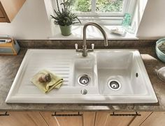 Choose this Lamona reversible bowl inset option for a contemporary take on a traditional ceramic sink. Ceramic Kitchen Sinks, Kitchen Sink Design, Howdens Kitchens, Home Kitchens, Kitchen Interior, New Kitchen, Kitchen Ideas, Kitchen Upgrades, Copper Kitchen