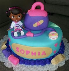 Doc Mcstuffins cake (yeeees my cousin would loooove this cake)