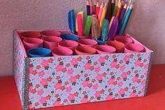Votre enfant a certainement un coin créatif, où est stocké son matériel pour réaliser plein d'activités et de bricolages. Que ce soit dans sa chambre, sur son bureau ou encore dans un coin de votre salon, Hugo l'escargot va vous montrer comment créer et fabriquer un pot à crayons gigantesque permettant de ranger tout le matériel nécessaire pour bricoler ! Diy For Kids, Crafts For Kids, Diy Crayons, Pot A Crayon, Diy Organisation, Diy Recycle, Activities For Kids, Diy And Crafts, Office Supplies
