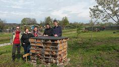 De Doordouwers - Utrecht De werkgroep natuurlijk tuinieren poseert trots bij hun net aangelegde insectenhotel.