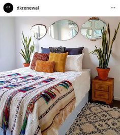 55 Totally Inspiring Bohemian Apartment Decor On A Budget apartment Boho Dekor, Bohemian Bedroom Decor, Bohemian Apartment, Bohemian Style Bedrooms, Boho Room, Bohemian Interior, Bohemian Bedding, Bedspreads Boho, Modern Bohemian Decor
