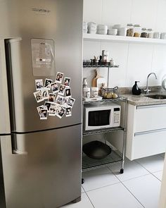 Eis que temos geladeira nova! Depois de quase 8 anos com a nossa branquinha pequena já estava na hora! Ainda estou estranhando o tamanho, mas acho que é pq a outra era muito pequena! #home #cozinha #decor #myhome #casinha #interiores #detalhes #homesweethome