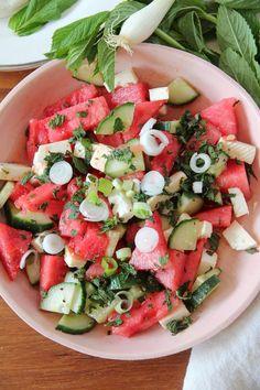 """Bist du auf der Suche nach dem """"Renner""""fürdeine Gartenparty? Dann bereite doch diese eiskalte fruchtige Wassermelone in Kombination mit frischen Gurken, Minze, Frühlingszwiebeln und salzigem Fetakäse zu. Einfachin fünf Minuten zusammen geschnippelt, das perfekte Gericht für einen heißen Tag. Die Wassermelone ist voll geladen mit Elektrolyte wie Magnesium, Kalium und versorgt deinen Körpermit ausreichend Flüssigkeit. Jeder Haushalt in Persien hat im Sommer eine Wassermelone eisgekühlt…"""