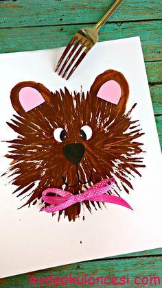 Çatalı kahverengi boyaya batırıp bir çember içinde çizgiler oluşturmaya başlayın.