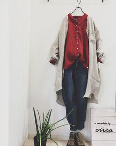 circaさんはInstagramを利用しています:「おはようございます♪ 春の雨 今日は一日降りそうですね。 ・ 少しずつ暖かくなってきて 春コーデが楽しい! 軽く春を先取りしながら 実は重ね着で肌寒さもカバー。 今日はリネンのお洋服の重ね着でコーディネート。 インナーも羽織も nachukara リネン 100%…」 Street Hijab Fashion, Frock Fashion, Abaya Fashion, Fashion Outfits, Iranian Women Fashion, Islamic Fashion, Korean Fashion, Abaya Mode, Mode Hijab