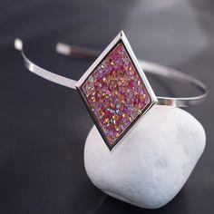 Vaalean punainen mosaiikki kristalli tiara. https://asukorut.fi