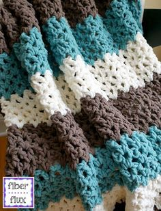 A super easy and fast blanket!! I'm having a lot of fun making it :D || Fiber Flux: Free Crochet Pattern...Family Room Throw!