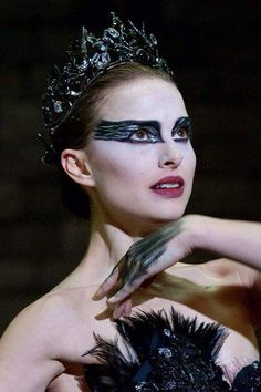 "Natalie Portman as Nina in ""Black Swan"" directed by Darren Aronofsky. The Black Swan, Black Swan Film, Black Swan Makeup, Black Swan 2010, Cool Halloween Makeup, Halloween Costumes, Black Swan Costume Halloween, Halloween Hairstyle, Fairy Costumes"