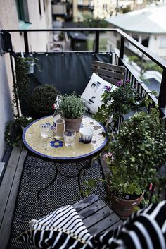 It is high time to turn the neglected balcony into a little paradise. Let yourself be inspired by these ideas! - Geeske Harms - Diy It is high time to turn the neglected balcony into a little paradise. Let yourself be inspired by these ideas! Small Balcony Design, Small Balcony Decor, Tiny Balcony, Outdoor Balcony, Small Patio, Balcony Ideas, Balcony Gardening, Small Terrace, Small Balconies