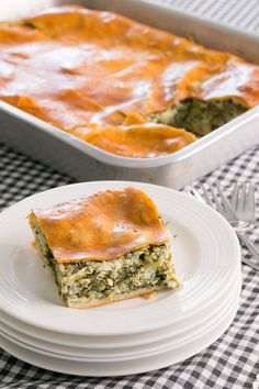 Every Greek family loves spanakopita! This Thermomix recipe for Spinach Pie is is a delicious dish to serve at celebrations and events. Pita Recipes, Gourmet Recipes, Dinner Recipes, Healthy Recipes, Paprika Recipe App, Paprika Recipes, Greek Spinach Pie, Baked Spaghetti Squash, World Recipes