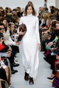 Celine Spring 2018 Ready-to-Wear Fashion Show Daily Fashion, Big Fashion, White Fashion, Fashion Week, Fashion Design, Traditional Wedding Dresses, Fashion Show Collection, Mannequins, White Long Sleeve