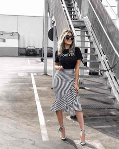 Nice 50 Fashionable Look With Ruffle Skirt Outfit Ideas Midi Skirt Outfit, Skirt Outfits, Modest Fashion, Fashion Outfits, Womens Fashion, Fashion Ideas, Fashion Skirts, Jeans Fashion, Fashion Clothes