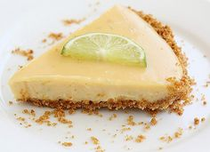 The best key lime pie made with an easy key lime pie recipe? Make key lime pie filling with just 4 easy ingredients and regular limes, and pair with easy graham cracker crust! Köstliche Desserts, Delicious Desserts, Dessert Recipes, Pie Dessert, Pie Recipes, Sweet Recipes, Cooking Recipes, Shake Recipes, Best Key Lime Pie