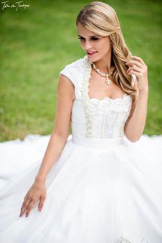 """In der """"DivineIdylle La Mariée""""- Tian van Tastique Hochzeitstracht 2016 Kollektion sticht besonders das Kleid Lanila heraus. Erfahre hier warum!"""