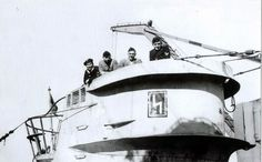 """Le """"Korvettenkapitän"""" Viktor Schütze sur la passerelle de son U-103 avec des membres de son équipage."""
