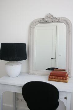 Kleine werkplek voor in de slaapkamer. Via DHome en LeenBakker
