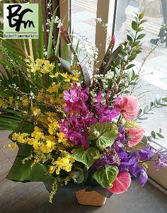 花ギフトのプレゼント【BFM】 ランなどを使って南国風な フラワーアレンジメントです。