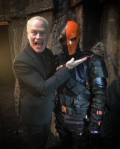 Damien Darhk & Deathstroke :) #Arrow Super Hero Outfits, Super Hero Costumes, Eobard Thawne, Superhero Tv Shows, Arrow Tv Series, Manu Bennett, Arrow Cast, Dc Comics, Team Arrow