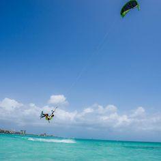 Se você prefere os esportes aquáticos, você estará cercado por diversão. Graças aos nossos ventos alísios constantes, somos um dos melhores lugares do mundo para windsurfe e kitesurfe. Além de parasailing, jet ski, vela, paddle boarding e muito mais. Venha passar o seu melhor fim de ano em Aruba :D #FelizEmAruba