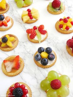 Bite-size Fruit Tarts for Spring. Learn to make these quick easy and delicious fruit tarts perfect for Spring appetizers or snack! Delicious Fruit, Yummy Snacks, Snacks Diy, Mini Desserts, Brunch Appetizers, Tart Recipes, Creative Food, Fruit Tarts, Kids Meals