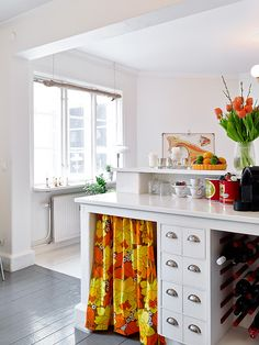 Vintage look in Gothenburg    The 60m ² apartment is located in a beautiful building in a romantic Scandinavian,style in the district of Bagaregärden Gothenburg. Its decoration gives pride to vintage which vibrant colors energize an interior almost entirely white.