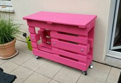 If you love pink color, you'll love this outdoor pallet bar. This pallet bar that could be used as a little BBQ table was made from two recycled wooden pal Wooden Pallet Bar, Outdoor Pallet Bar, Wooden Pallet Crafts, Diy Pallet Projects, Pallet Ideas, Outdoor Bars, Palet Bar, Pallet Exterior, Bar Made From Pallets