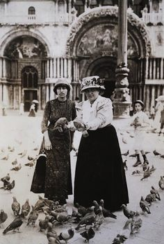Alice B. Toklas & Gertrude Stein in Piazza San Marco, Venice, circa 1908 Alice, Vintage Photographs, Vintage Photos, Vintage Lesbian, Henri Cartier, Mary Shelley, Wild Love, Portraits, Famous Women
