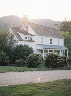 The farmhouse exterior design completely reflects the whole style of the home and thefamily heritage too. The modern farmhouse style is not just for interiors. Modern Farmhouse, Farmhouse Style, White Farmhouse, White Cottage, Farm Cottage, Future House, My House, Old Farm Houses, Old Country Houses
