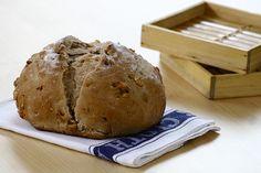 Cascudo, com miolo macio e o crocante das nozes: esse pão é uma diversão. É bem fácil de fazer, sob medida para quem quer se aventurar nos terrenos da panificação.
