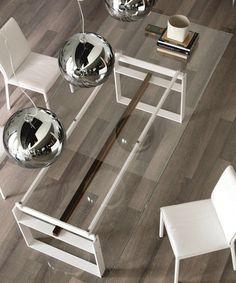 Mesa de vidrio ideal para casas con techos bajos