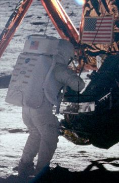Neil Armstrong's photo taken by Buzz.the only picture of Armstrong on the surface - there are photoshop versions of photos . This is an enlargement from original Apollo 11, Programa Apollo, Apollo Space Program, Apollo Missions, Nasa History, Neil Armstrong, Nasa Astronauts, Space Race, Man On The Moon